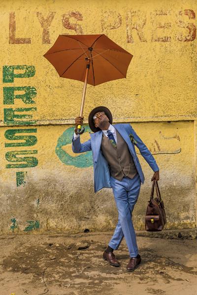 Tariq Zaidi COLLECTOR'S EDITION: Sapeurs. Ladies and Gentlemen of the Congo Motif: »Elie with Umbrella« (2017)